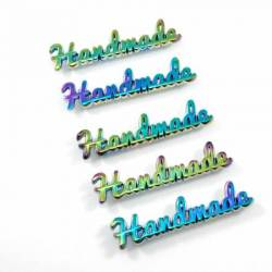 Emmaline Metal Bag Label Script Handmade in Rainbow, 1 stk